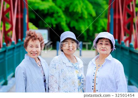 日本老年妇女旅行 32501454