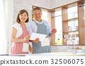 คู่สามีภรรยาอาวุโสยืนอยู่ในครัว 32506075