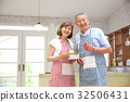 คู่สามีภรรยาอาวุโสยืนอยู่ในครัว 32506431