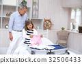 คู่สามีภรรยาอาวุโสยืนอยู่ในครัว 32506433