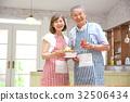 คู่สามีภรรยาอาวุโสยืนอยู่ในครัว 32506434