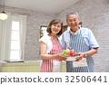 คู่สามีภรรยาอาวุโสยืนอยู่ในครัว 32506441