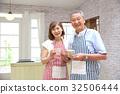 คู่สามีภรรยาอาวุโสยืนอยู่ในครัว 32506444