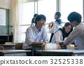 高中學生在教室裡 32525338