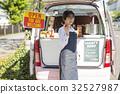 打開廚房車的婦女 32527987