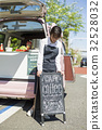 キッチンカーのカフェを開店する女性 32528032