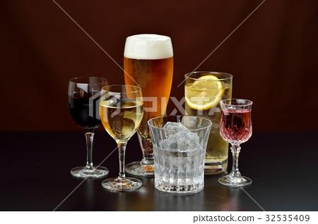 알코올 음료의 이미지. 주의) 투명 액체는 물입니다. 레드 와인, 화이트 와인, 맥주, 소주, 하이볼. 32535409