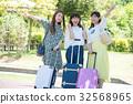 여자 여행 미소의 여성 3 명 32568965