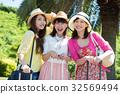 ผู้หญิง 3 คนกำลังเดินทางผู้หญิงการเดินทางผู้หญิง 32569494