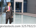 Young businessman in formal clothes 32570223