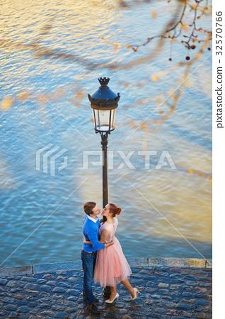 Couple on the Seine embankment in Paris 32570766