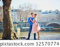 Romantic couple on the Seine embankment in Paris 32570774