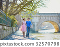 Romantic couple on the Seine embankment in Paris 32570798