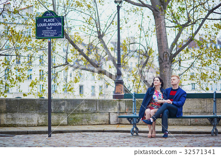 Young romantic couple in Paris 32571341