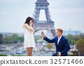 couple eiffel tower 32571466
