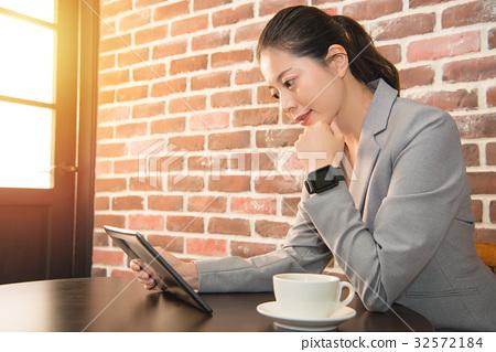 businesswoman working with smart watch 32572184