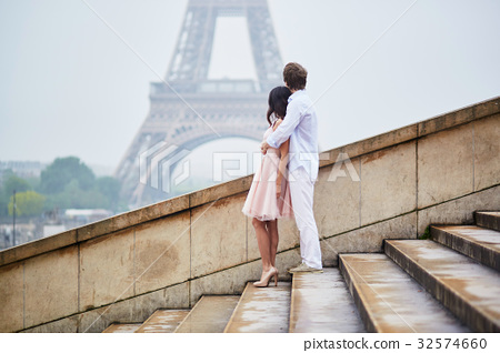 Romantic couple together in Paris 32574660