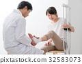 被咨询,受伤,腿,拐杖的妇女 32583073