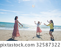 หญิงสาวกำลังเล่นอยู่ในทะเลเดินทางของผู้หญิง 32587322