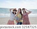 여자 여행 바다에서 노는 젊은 여성 32587325