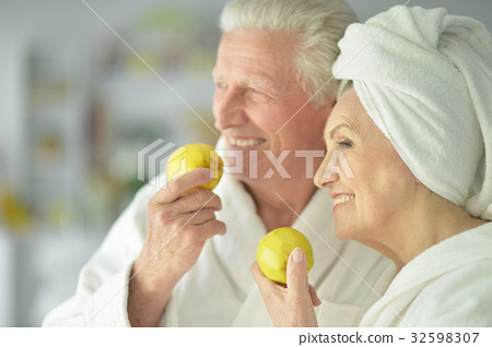 Senior wcouple holding apples 32598307