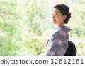 ผู้หญิงกิโมโนกำลังนั่งอยู่บนขอบ 32612161