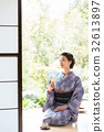 ผู้หญิงกิโมโนกำลังนั่งอยู่บนขอบ 32613897