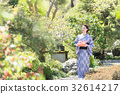 간단한 선물을 가진 기모노 여성 32614217