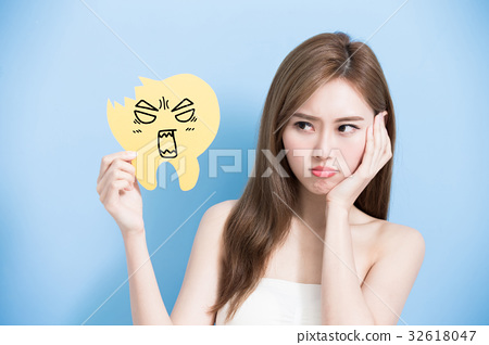 woman take decay tooth 32618047