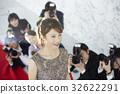 報導報導一位女演員走在紅地毯上 32622291