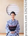 툇마루에 앉아 기모노 여성 32625029