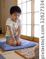 一个男孩玩将棋 32627334