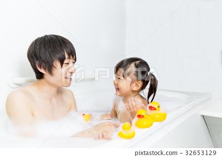 아빠와 함께 목욕 어린 소녀 32653129