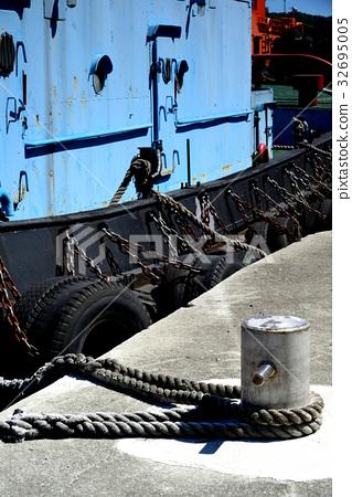 船 錨 鐵錨 繫船柱 繫纜樁 拴船柱 纜樁 樁 繩 船繩 繩索 繫船纜 纜繩 繩子 輪胎 港口 碼頭 32695005