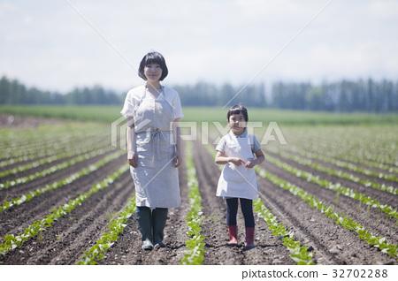 밭을 걷는 부모와 자식 32702288