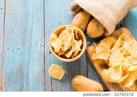 Crispy potato chips, potato 32702378