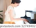 一個女人彈鋼琴 32749402