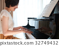 一個女人彈鋼琴 32749432