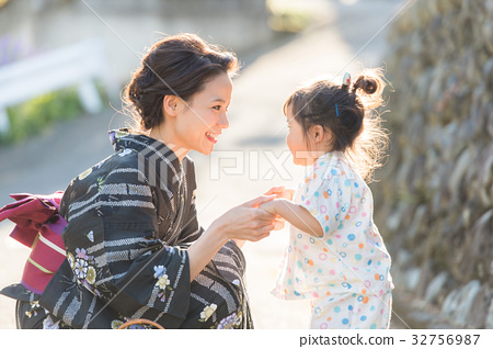 浴衣婦女和兒童 32756987