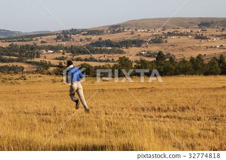 史瓦濟蘭草原上的趕路人 32774818