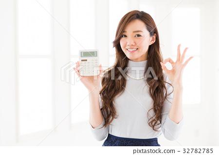 有計算器的一名婦女 32782785