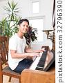 피아노를 연주하는 남자 32796390