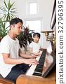 ผู้ปกครองเปียโนสนุกและเด็ก 32796395