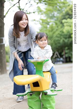 little child, toddler, mam 32804499