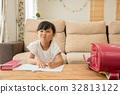 거실에서 공부를하는 여자 32813122