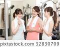 健身館 成熟的女人 一個年輕成年女性 32830709
