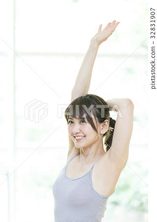 運動 健身館 一個年輕成年女性 32831907