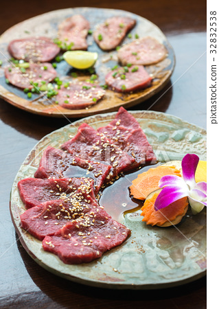 Barbecue sliced beef and beef tongue  32832538