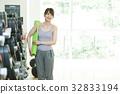健身館 成熟的女人 一個年輕成年女性 32833194
