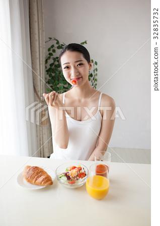 아침을 먹는 여자 32835732